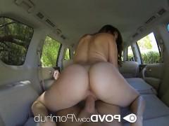 Молодая порно модель ебется со своим кавалером в машине
