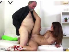 Старый мужик пристает к молодой шлюшке и заставляет ту стать его любовницей