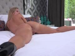 Роскошная молодая порно модель полна страсти и хочет трахаться с дилдо в кровати