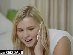 Молодая блондинка позволяет черному фаллосу терзать ее смачные дырки