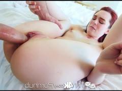 Раскованная молодая порно модель старается получить хуй кавалера в различных позах