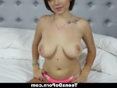 Грудастая молодая порно модель раздвигает ноги перед классным фаллосом