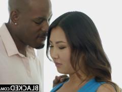 Молодая азиатка рискованно ебется с большим черным фаллосом негра