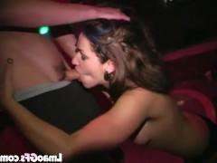 Откровенный публичный минет на вечеринке пьяных студентов