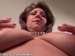 Зрелая домохозяйка снимает с себя всю одежду и раскованно трахает пальцами влагалище