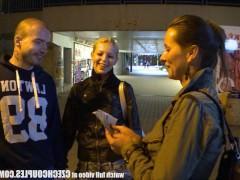 Две потрясающие чешские девушки публично сосут фаллосы парней
