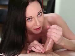 Фаллос мужика получает неожиданные ласки от сексапильной зрелой дамы
