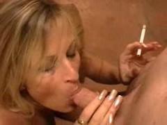 Хуй мужика делит ротик зрелой шлюшки с ее сигаретой