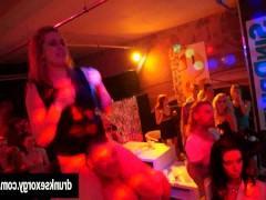 Возбужденные молодые сучки ебутся на дискотеке с парнями