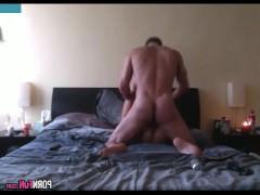 Скрытая камера пишет секс в постели молодой азиатской шлюшки с ее кавалером