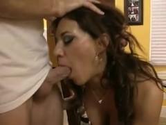 Пышногрудая зрелая домохозяйка круто ебется с парнем на стуле