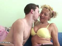 Зрелая немецкая домохозяйка напилась в компании молодого парня и изменила с ним мужу