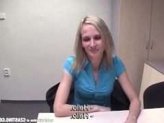 Молодая чешская блондинка раздевается на кастинге и дрочит хуй мужика