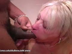Зрелой жене нравится сосать хуй любовника и получать из него сперму на свое лицо