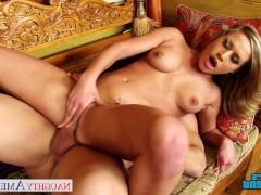 Раскованная зрелая порно модель бесстыдно соблазнила парня на шикарную еблю с ней