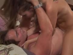 Молодая порно модель напилась в компании зрелого мужчины и бесстыдно трахается