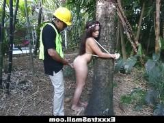 Нашел в лесу привязанную к дереву молодую девушку и выебал ее