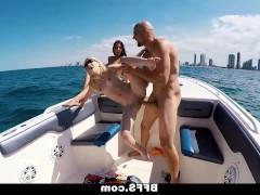Дикий групповой секс на яхте с шикарными зрелыми пассажирками