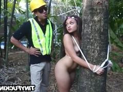 Строитель нашел привязанную к дереву голую молодую сучку и радостно выебал ее там