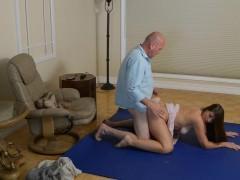 Похотливая молодая девка ебется с мужиком на полу и достигает шикарного экстаза