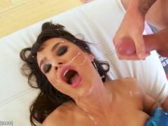 Шикарная подборка слива спермы в рот и на лицо похотливой зрелой порно звезды