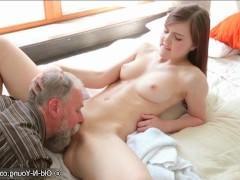 Подсматривание зрелого мужика за дрочкой пизды молодой сучкой заканчивается их трахом