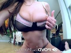 Молодая порно модель успешно сосет большой фаллос и садится на него пиздой
