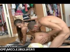 Молодая красотка трахается в гардеробной комнате со своим ухажером