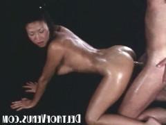Сиськастая азиатская массажистка делает массаж и трахается со своим пациентом