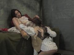 Зрелая ковбойка пришла к заключенной и вылизала ей пизду