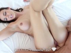 Зрелая порно модель предлагает молодому поклоннику погружение фаллосом в пизду