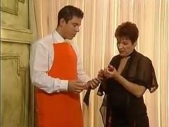 Чувак помогает зрелой бабе в дрочке с гигантским дилдо