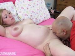 Беременная зрелая баба позволяет любовнику вылизать ее пизду до наступления оргазма
