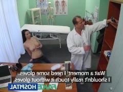 Горячая молодая пациентка не устояла перед приставаниями врача во время приема