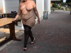 Зрелая немецкая домохозяйка бесстыдно ходит голой по улице и светит влагалищем