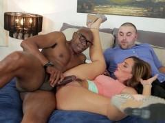 Сексапильная зрелая жена нагло ебется с негром под руководством своего мужа