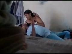 Молодая индианка с пышными сиськами позволяет ухажеру поласкать руками ее дойки