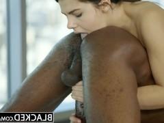 Сексапильная молодая массажистка возбудилась от черного фаллоса клиента и трахается с ним