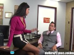 Зрелая начальница заставила сотрудника уложить ее на стол в офисе и выебать мощно фаллосом