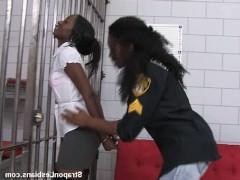 Молодая чернокожая преступница вынуждена ебаться в камере с похотливой надзирательницей