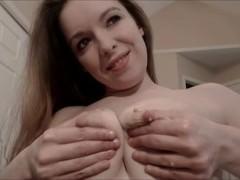 Пышные сиськи зрелой домохозяйки получают тисканье и кручение сосков пальцами