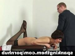 Зрелая секретарша в чулках терпит хлест плеткой от босса