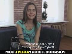 Молодая брюнетка соблазнилась словами порно агента и решила попробовать себя в съемках