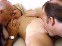 Возбужденная зрелая жена рада поебаться с разными друзьями мужа по его просьбе