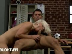 Молодая порно модель смело ебется в мужской раздевалке с обалдевшим от нее мужиком