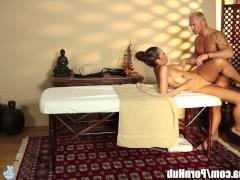 Чернокожая молодая сучка трахается с массажистом прямо на массажной кушетке