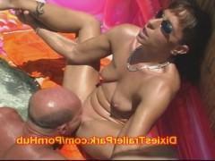 Зрелая супруга сосет хуй своего мужа во время загорания и получает лизание пизды в ответ