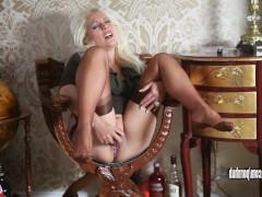 Влагалище возбужденной зрелой блондинки в чулках получает трах вибратором в кресле