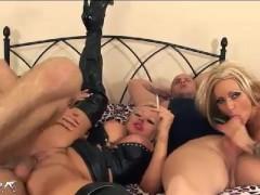 Гиг Порно огромные мамки Две зрелые большегрудые шлюшки развратно ебутся с кавалерами в постели и курят