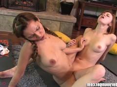 Гиг Порно Зрелая тетка научит молодую девку правильным лесби ласкам